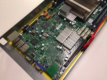 Projekt Montovna postavený na komoditním hardwaru a čipech Intel Xeon.