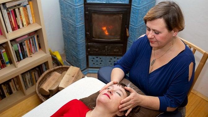 Nabízí speciální terapii, která pomáhá se stresem ibolestí zad. Přečtěte si víc