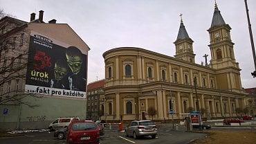 Reklama na zastavárnu na církevní budově. (02/2017)