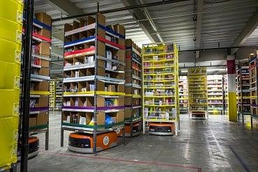 Autonomní roboti v distribučním centru Amazonu