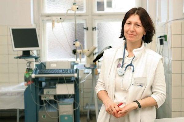 """""""Nemoc není v celkové populaci častá, zato mezi lidmi vystavenými rizikovým látkám je její výskyt až 20%,"""" upozorňuje přednostka Pneumologické kliniky 1. LF UK a Thomayerovy nemocnice prof. Martina Vašáková"""