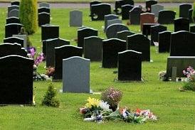 Měšec.cz: Nepozvala děti manžela na pohřeb, musí jim platit