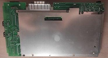 Základní deska počítače zespodu včetně stínění.