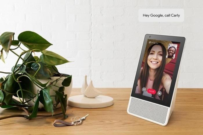 Reproduktor Google Home má jak kameru, tak obrazovku, což vám umožňuje provádění videohovorů. Na obrázku je inteligentní displej Lenovo Smart Display.
