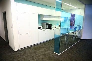 Kuchyňka v Oddělení retailového bankovnictví.