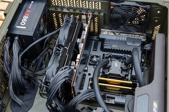 Nová základní deska uvnitř počítačové skříně