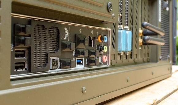 Část základní desky s konektory. Ta se vkládá do zadní části počítačové skříně ještě před vlastním přišroubováním desky. Jinak byste museli základní desku znovu od počítačové skříně odšroubovat a začít znovu
