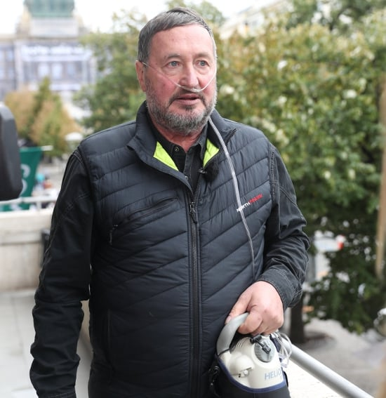 Pětašedesátiletému Jiřímu Trnkovi z Prahy bylo vzácné onemocnění diagnostikováno zcela náhodou v prosinci 2015. Nyní čeká na transplantaci plic. Čím déle je na čekací listině, tím se jeho zdravotní stav zhoršuje.