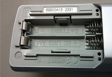 Televizory Loewe – správná pozice tužkových baterií v dálkovém ovladači.
