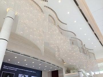 Součástí hlavní recepce sídla Huawei v Shenzhenu je lustr od české firmy Preciosa
