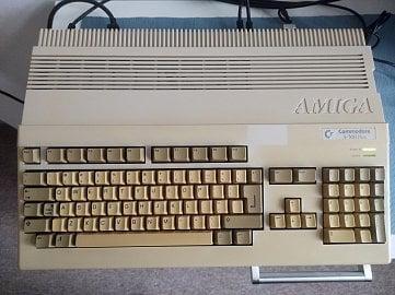 Vyčištěná a složená Amiga. Když pomineme zažloutlé plasty, tak ji to opět sluší.