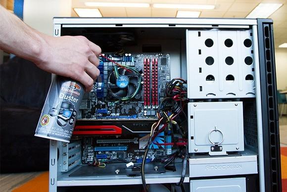 Čištění počítačové skříně a PC komponent stlačeným vzduchem