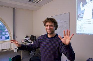 Budoucnost patří aluminiu - a pohybovému ovládání. (Jan Hrdlička, za ním krabice od senzoru Microsoft Kinect.)