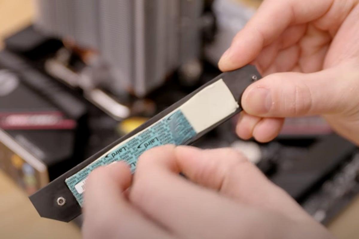 Nezapomeňte před instalací ochranného krytu přes disk SSD odebrat plastový obal z teplovodivé pasty.