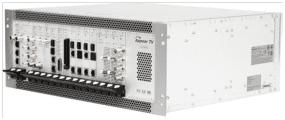 Šasi 4RU platformy XC5000 umožní 16+2 pozic modulů, webovou konfiguraci, SNMP alarmy a XML interface, duální napájení a horkou zálohu funkčních modulů, napájení i větráků. (poskytla firma Sunteq)