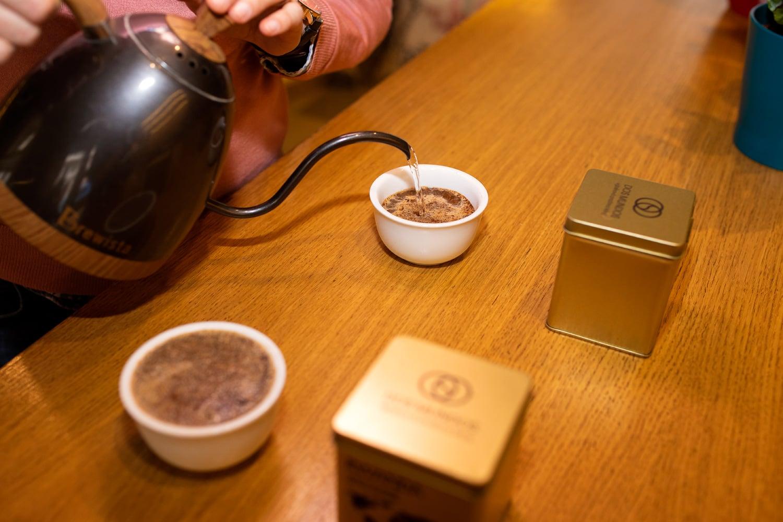 Propadli kávě a nabízejí ji pod značkou Dos Mundos. Podívejte se