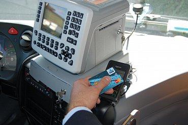 Autobusy linky 381 z Prahy do Kutné Hory dopravce ČSAD POLKOST umí platby jízdného u řidiče pomocí bezktontaktních platebních karet MasterCard a Visa. (09/2015)