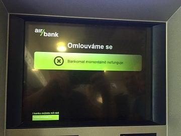 Bankomat vyhodil chybovou hlášku po pokusu vybrat peníze bezkontaktně prostřednictvím Apple Pay.