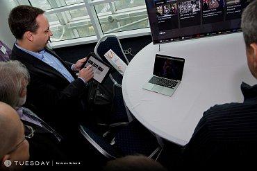 Pavel Kohout předvádí ovládání HbbTV spárovaným tabletem; Česká televize se tuto možnost teprve chystá uvést.