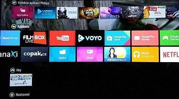Domácí obrazovka s aplikacemi televizoru Philips 55PUS8700 s operačním systémem Android TV.