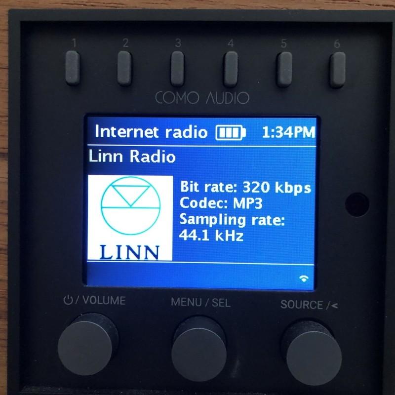 Internetové rádio Como Audio zobrazuje na svém displeji informaci o tom, že streamuje v nejvyšší kvalitě (Linn Radio).