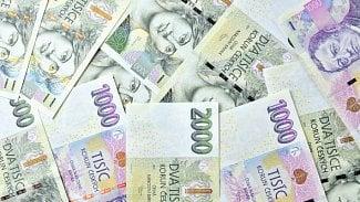 Měšec.cz: Češi už se nebojí místo drobných používat kartu. Vmenších obcích však přibudou bankomaty