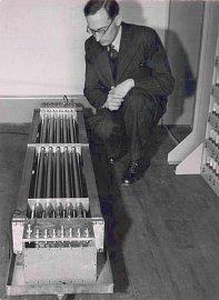Maurice Wilkes u modulu rtuťové paměti se zpožďovací linkou pro počítač EDSAC.