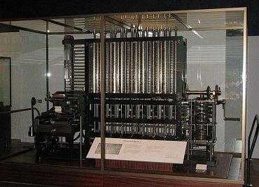 """Replika Diferenciálního stroje postavená podle vylepšené verze plánů Babbage které obsahovaly některé prvky navržené pro Analytický stroj (London Science Museum). Ve druhé polovině 19. Století bylo postaveno i několik """"komerčních"""" exemplářů."""