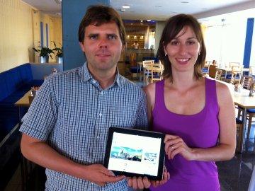 Lukáš Nevosád a Barbora Nevosádová: Budoucnost patří online plánování dovolených a výletů. Na iPadu je vidět homepage jejich nového webu Tripomatic.com.