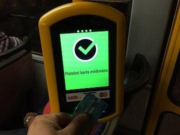 Zelená je dobrá. Zaplatili jste kartou, račte dál do vozu.