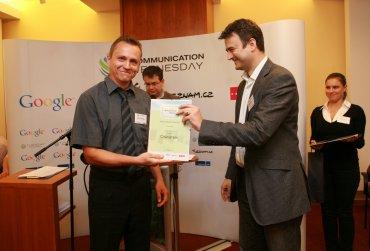 Autor Oskárka Luboš Mačenka přebírá hlavní cenu z rukou Jána Simkaniče.