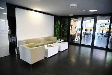 Odpočinková zóna ve vstupní části banky.
