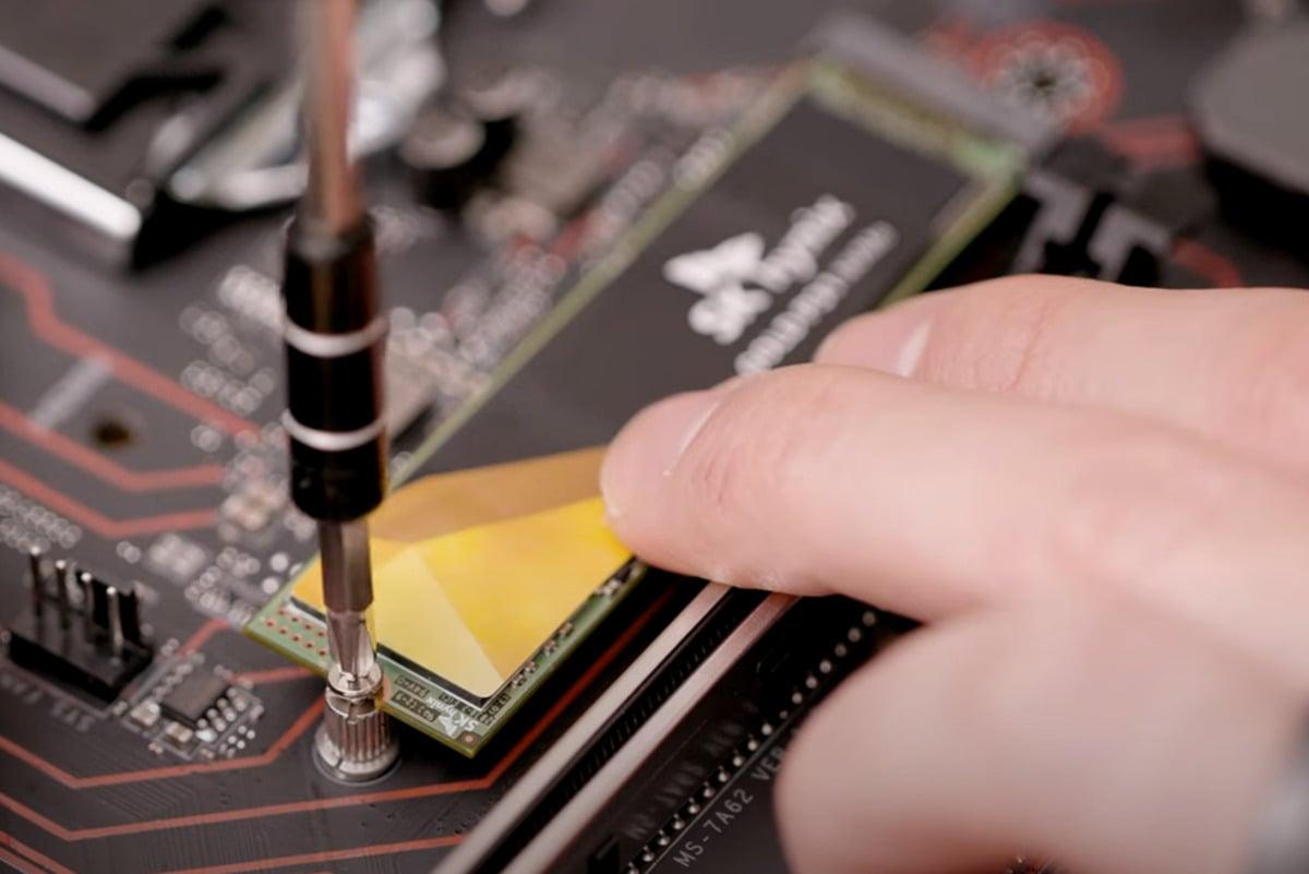 Zarovnejte půlkruhový výřez na disku SSD s podložkou a pečlivě šroubek do této podložky zašroubujte – tak, aby se disk SSD ani nepohnul. S dotahováním to ovšem nepřežeňte, abyste na disku něco nezničili!