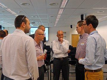Zakladatelé Futurelytics (vpravo) vhovoru slidmi ze SAP Startup Focus.