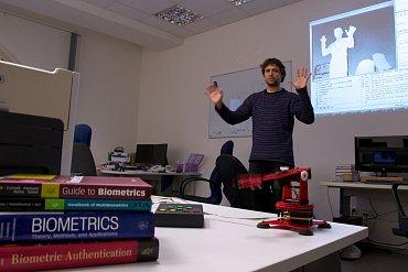 Jan Hrdlička předvádí pohybové ovládání robotické ruky.