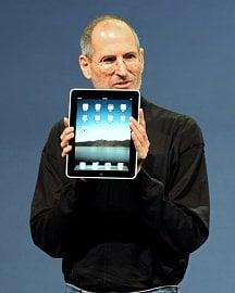 Steve Jobs ukazuje první iPad