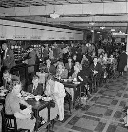 """Typický """"bufet"""" Lyons v roce 1945"""