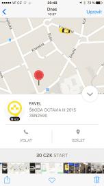 Taxify. Během pár minut přijíždí auto s polepy Green-Prague, tedy značky Student Agency.