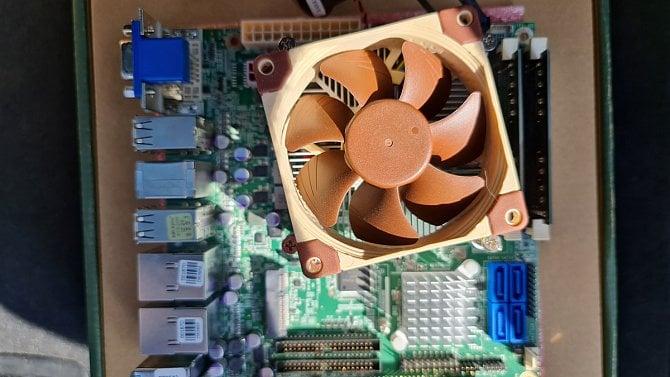 Čínské x86 procesory na Intel a AMD nemají, pro většinu lidí jsou ale dostačující, říká muž, který je testuje