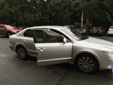 Uber. Veronika nasedá do vozidla, které jezdí pro službu Uber.