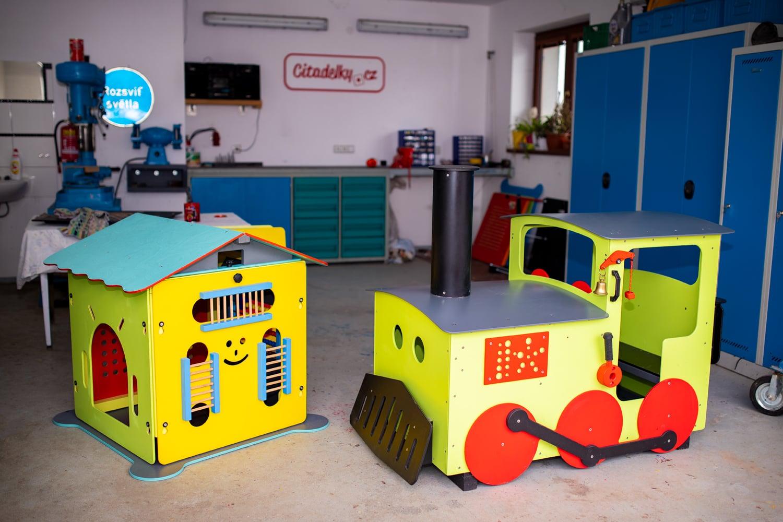 Vyrábí mašinky pro děti. Podívejte se, jak vznikají v jeho dílně