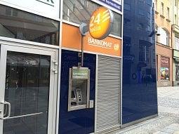 Jak levně nebo bez poplatků vybírat vČesku zbankomatů?