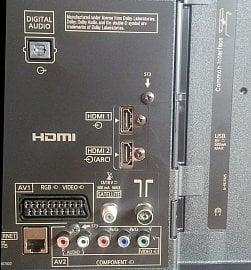 Rozhraní jsou soustředěna vzadu a něco málo je na boku. Zamrzí především jedno USB, ale protože stejně nemůžete nahrávat je to nakonec jedno. Větší nevýhodou podle mého je, že alespoň jedno HDMI není vytaženo do boku. Nicméně zase tu máte plný SCART…