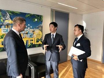 Eurokomisař Andrus Ansip a jeden z šéfů Huawei Ken Hu při setkání v Bruselu