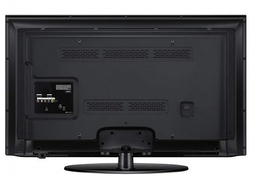 Ovládání na televizoru vidíte vlevo dole (onen výstupek zespoda) a obstarává ho pětipolohové joystickové tlačítko, kterým vyvoláte i vypnutí. Nahmátnutí z čela televizoru je snadné, chce to jen minimum zvyku a také se k přístroji – pokud by měl být umístěn ve správné výšce – přikrčit. Joysticku by to spíše slušelo nahoře, než dole…