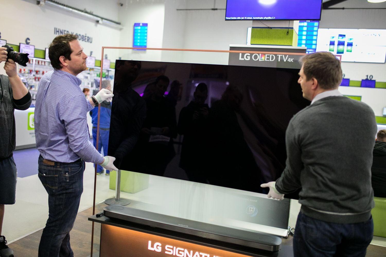 LG OLED65W7V u Alza.cz - připevnění na stěnu