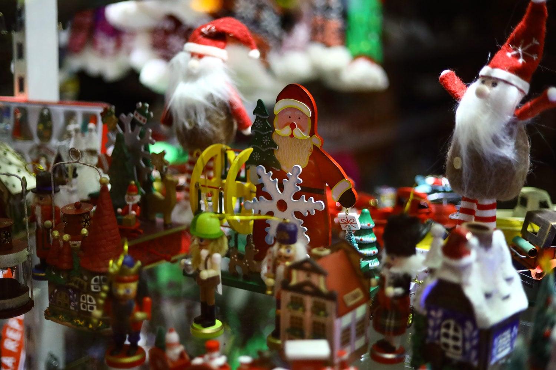 Obchodníci advent nepodcenili. Lákají vánočně laděnými výlohami
