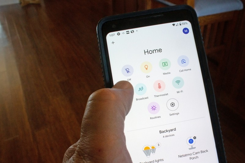Funkce rozhlasu u Google Home zařízení vám umožní vyslat hlášení do některého nebo klidně i všech inteligentních reproduktorů nebo inteligentních zobrazovačů Google Home, které se nachází u vás doma.