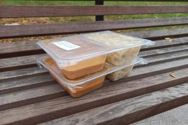 V těchto krabičkách se vydávají obědy ve školní jídelně v Uhříněvsi
