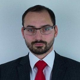 Petr Vinklář je absolventem pražské Vysoké školy ekonomické.